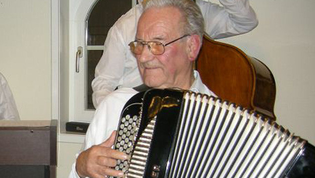 Senior spielt Akkordeon.