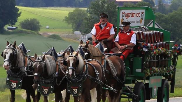 Bier wird mit Pferdewagen ausgeliefert.