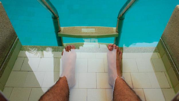 Füsse im Schwimmbad