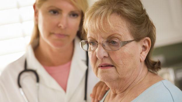 Ärztin tröstet Patientin.