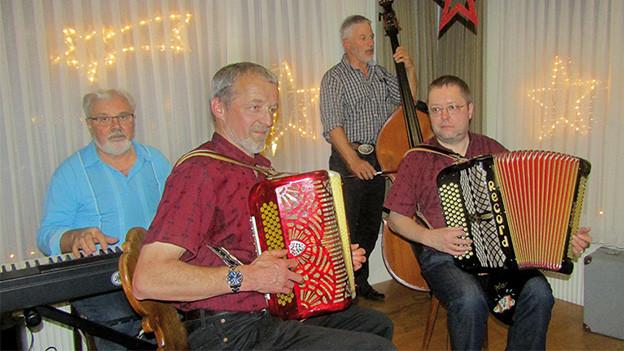 Eine Volksmusikformation mit Piano, zwei Handorgeln und einem Kontrabass.