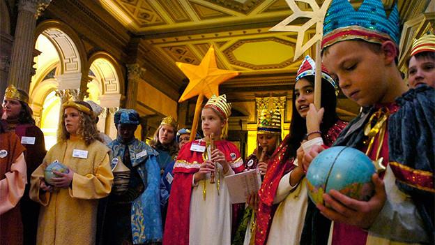 Eine Gruppe als Könige verkleidete Kinder.
