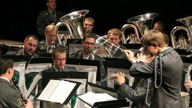 Schweizer Militärmusik in Aktion.