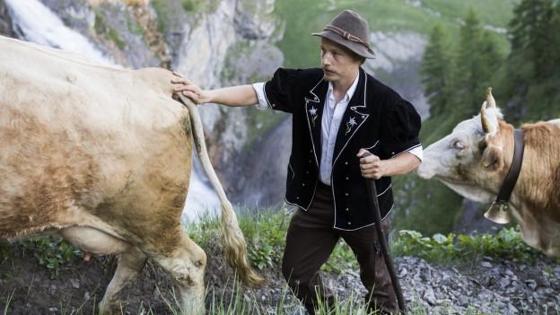 Alphirt mit Kühen.