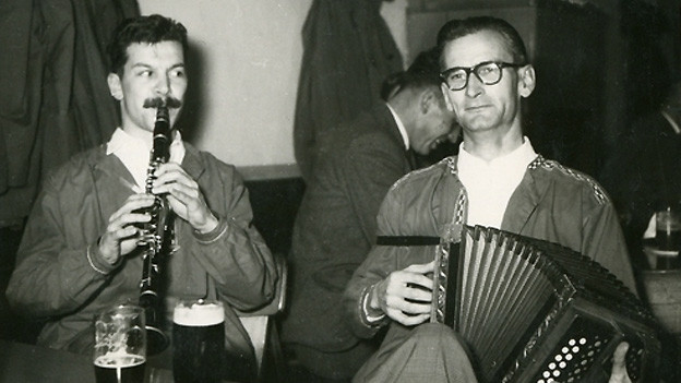 Ein Klarinettist und ein Schwyzerörgeler.