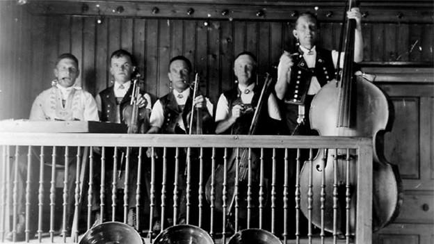 Schwarz-Weiss-Fotografie mit Appenzeller Volksmusikanten.