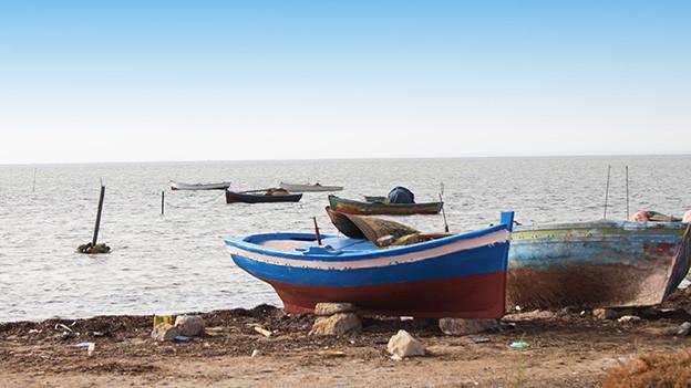 Boote am Strand des Mittelmeers in Tunesien.