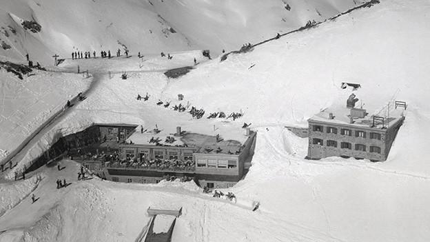 Berghaus und Forschungsstation in einer Winterlandschaft.