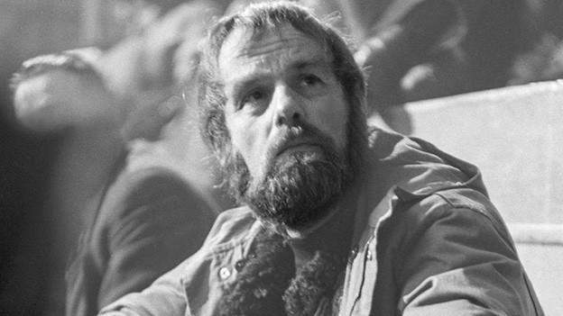 Ein Mann mit Bart und nachdenklichem Blick.