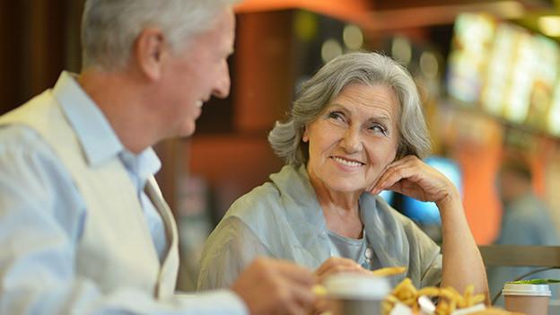 Ein Mann und eine Frau bei einem Rendez-vous.