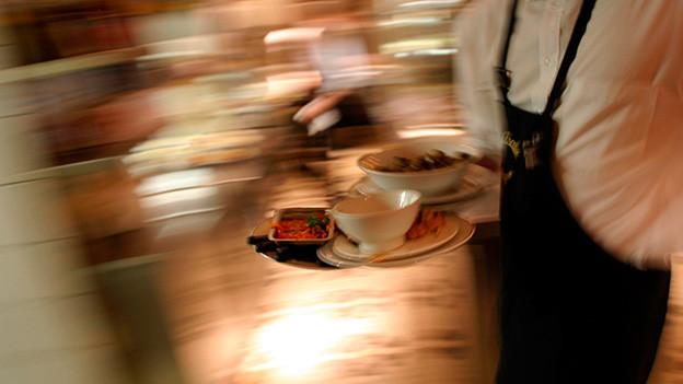 Verschwommenes Bild eines Kellners