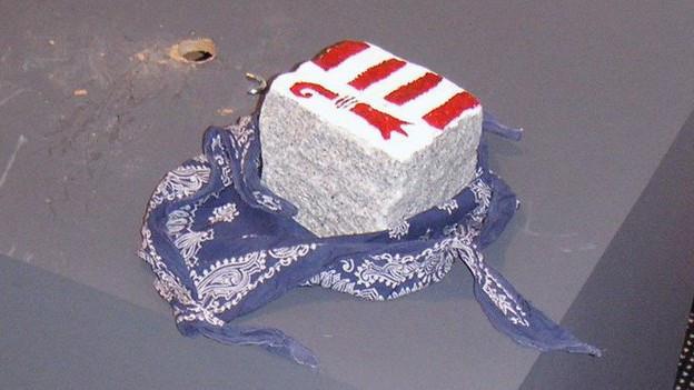 2005: Ein Pflasterstein mit Jurawappen anstelle des Unspunnensteins. Ein Hinweis auf die Täter?