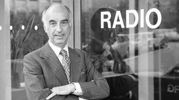 Cédric Dumont (1916-2007) posiert am 1. September 1976 vor dem Radiostudio in Zürich.