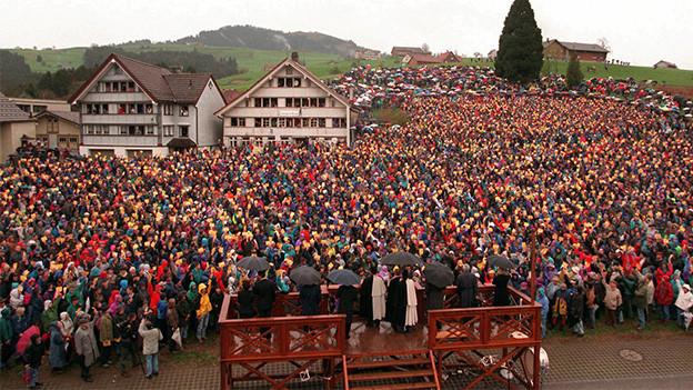 Ein bis auf den letzten Platz gefüllter Dorfplatz in einem Appenzeller Dorf.