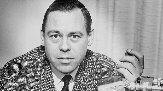Schwarz-Weiss-Fotografie mit einem Porträt des Radio- und Fernsehkorrespondenten.