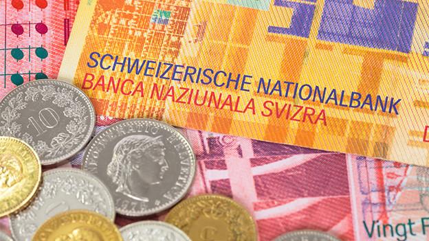 Schweizer Geld mit Noten und Münzen.