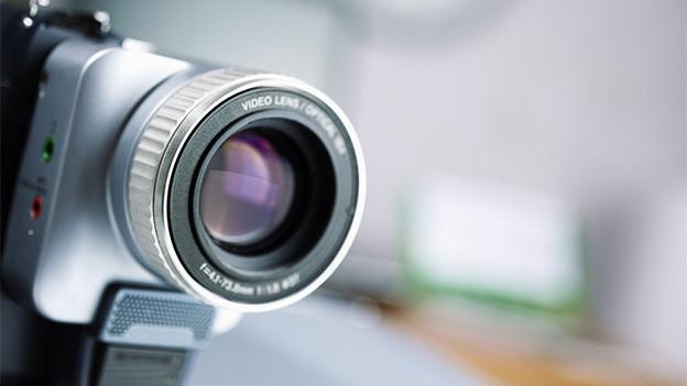 Grossaufnahme des Objektivs einer Videokamera.