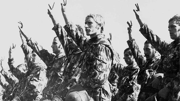 Eine Gruppe von Soldaten bei der Vereidigung.