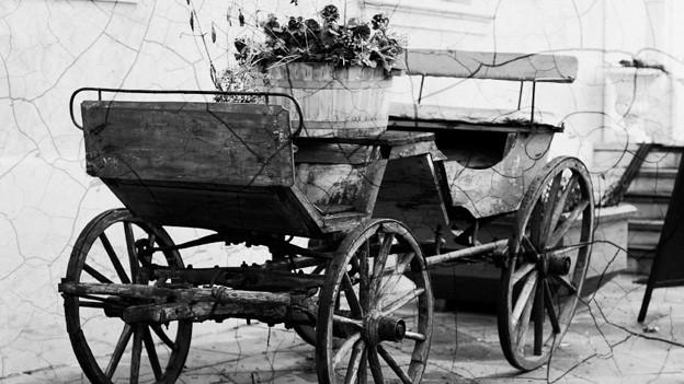 Schwarz-Weiss-Fotografie von einer ländlichen Kutsche.