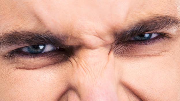 Zorniger Blick aus einem Augenpaar.