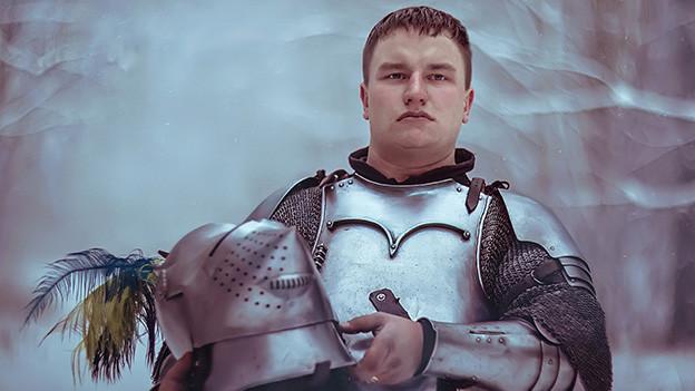 Ein Mann in Ritterrüstung.