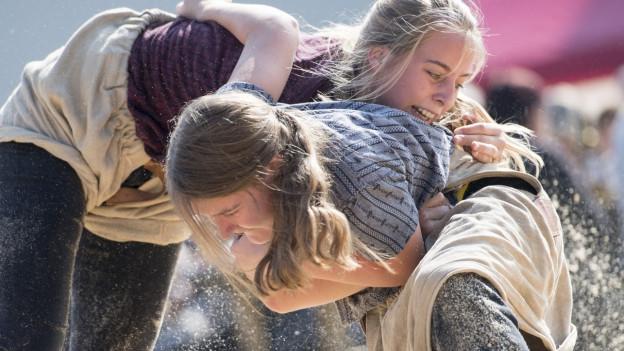 Frauen Schwingen im Sägemehl.