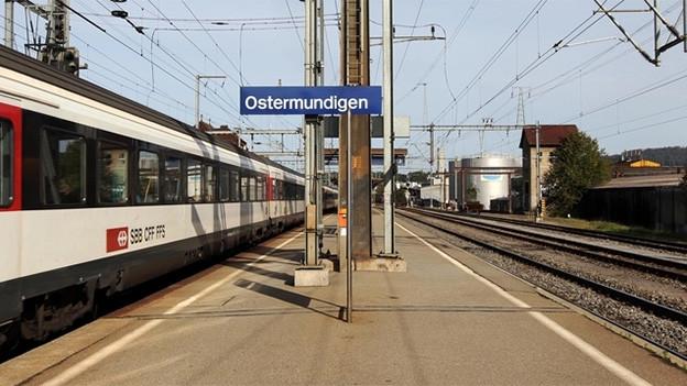 Zug und Perron am Bahnhof von Ostermundigen.