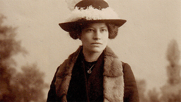Historische Fotografie von einer Frau, die über den Schultern Pelz trägt.