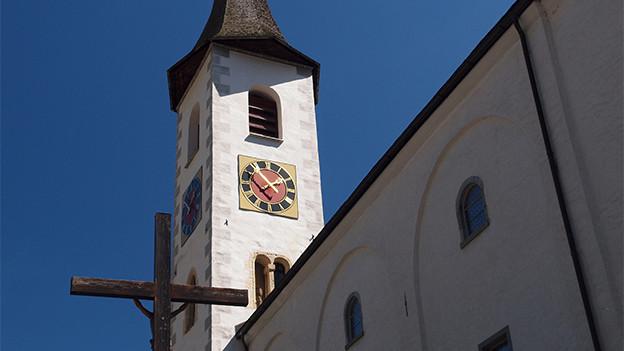 Blick auf einen Kirchturm.