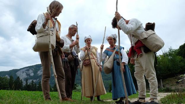 Eine Gruppe von Menschen in mittelalterlicher Kleidung.