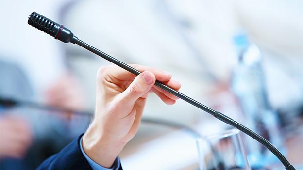 Ein Mikrofon auf einem Rednerpult.