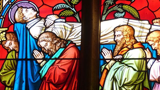 Ein buntes Kirchenfenster.