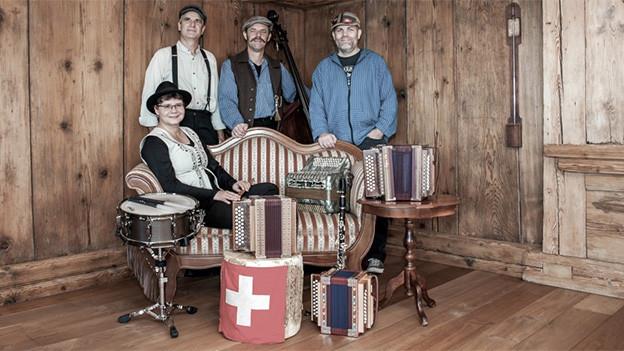 Gruppenbild einer Volksmusikformation in einer heimeligen Stube.
