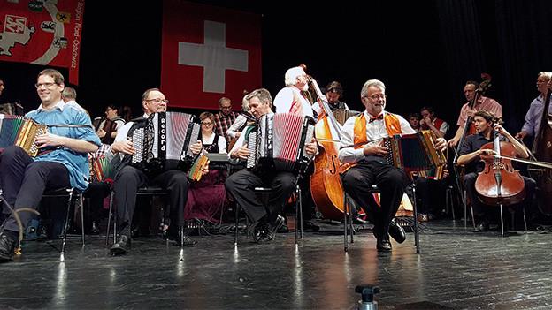 Mehrere Volksmusikanten auf einer grossen Bühne.