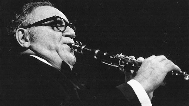 Schwarz-Weiss-Fotografie von einem Trompeter.