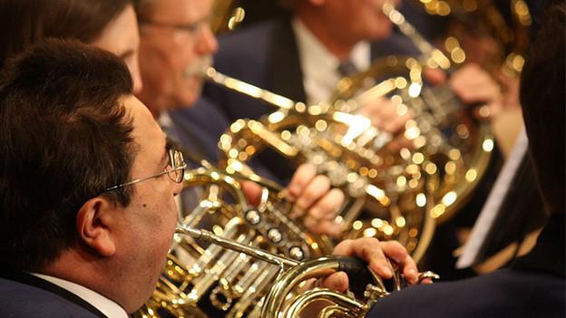 Blasmusikformation während eines Konzerts.