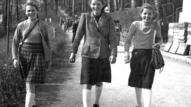 Frauen in den 1950-er Jahren auf dem Weg zur Arbeit.