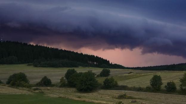 Hügellandschaft kurz vor Gewitter.