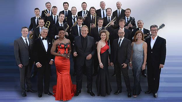 Männer und Frauen einer Big Band.