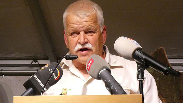 Ein Mann an einem Rednerpult.