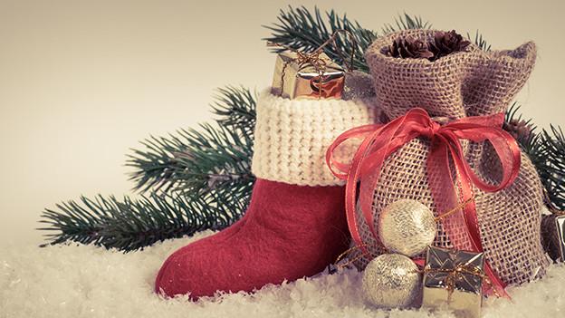 Ein Schuh und ein kleiner Jutesack mit Nüssen.