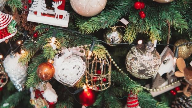 Künstliche Lichterkette am Weihnachtsbaum.