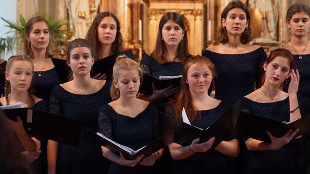 Junge Sängerinnen eines Chors.