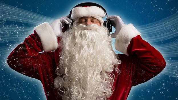 Ein Santa Claus hört über Kopfhörer Musik.