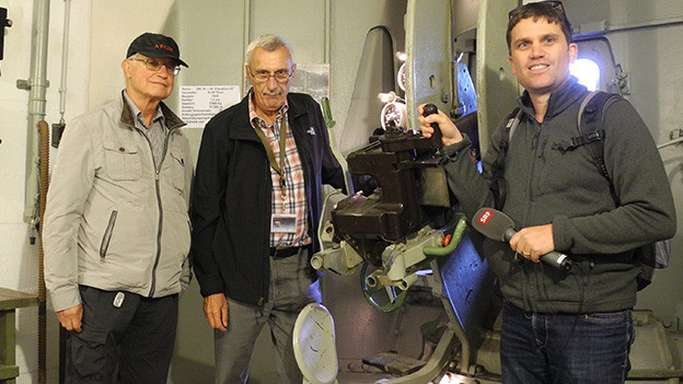 Drei Männer in einem Bunkerraum