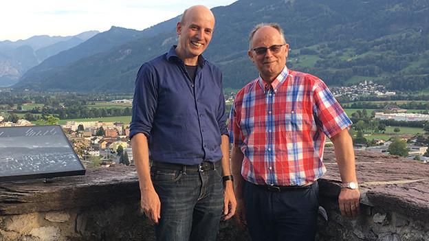 Zwei Männer auf einem Schloss.