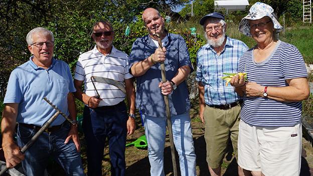 Eine Gruppe von Menschen in einem Garten.