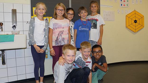 Eine Gruppe von Schülerinnen und Schülern in einem Klassenzimmer.