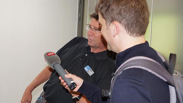 Zwei Männer während eines Interviews.