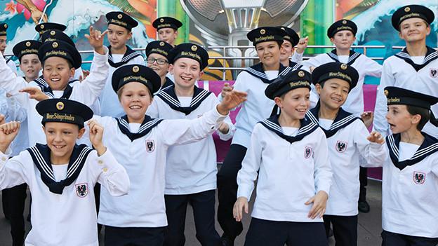Eine Gruppe junger Sänger in Matrosenkleidung.